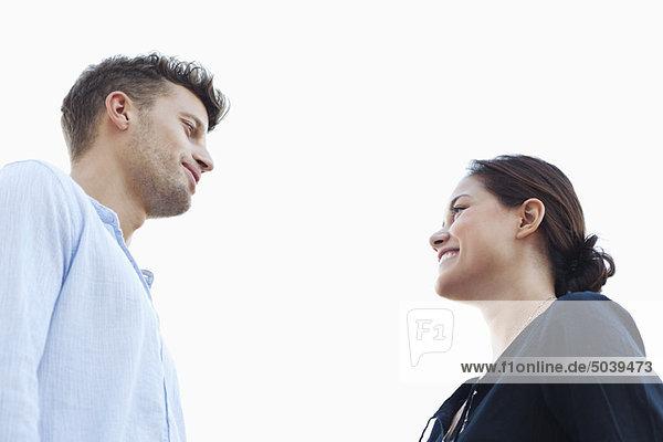 Junges Paar schaut sich an