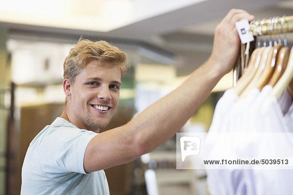 Porträt eines jungen Mannes im Bekleidungsgeschäft Porträt eines jungen Mannes im Bekleidungsgeschäft