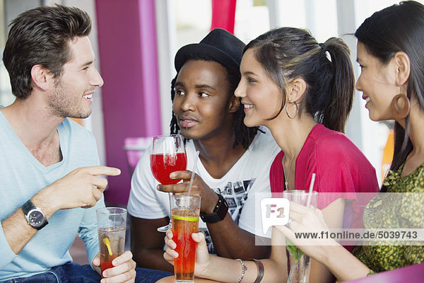 Freunde mit Getränken im Restaurant