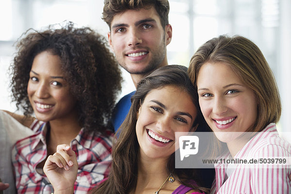 Porträt multiethnischer Universitätsstudenten  die zusammenstehen