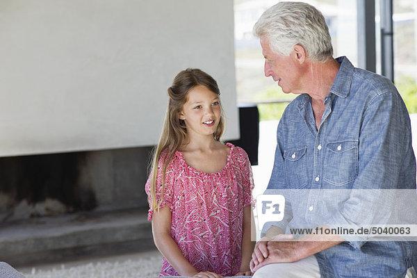 Mann im Gespräch mit seiner Enkelin