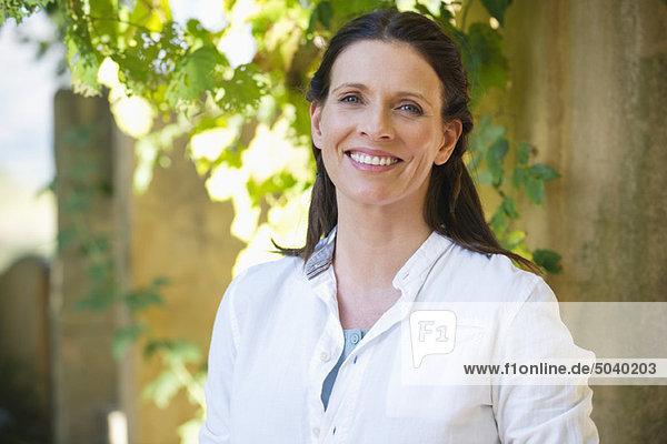 Porträt einer schönen reifen Frau lächelnd