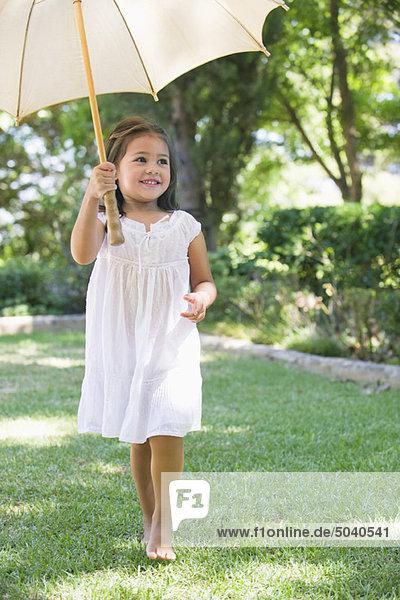 Süßes kleines Mädchen mit Regenschirm