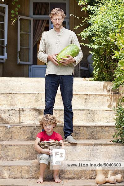 Vater und Sohn tragen Früchte
