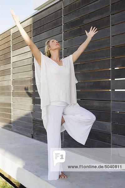 Mittlere erwachsene Frau  die Yoga praktiziert