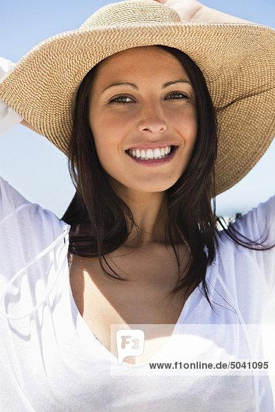 Porträt einer fröhlichen jungen Frau