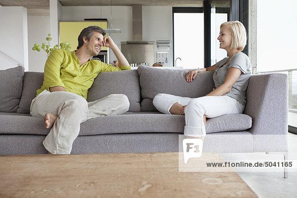 Pärchen bei einem Gespräch im Wohnzimmer