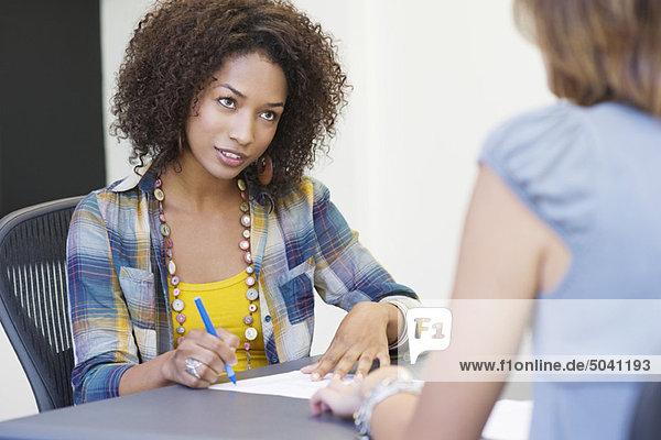 Afroamerikanerin beim Interview mit einer Frau