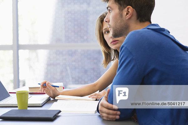 Studenten mit Laptop im Klassenzimmer
