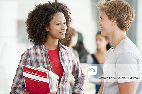Zwei Studenten diskutieren auf dem Campus