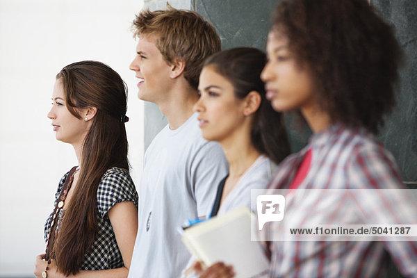 Nahaufnahme der zusammenstehenden Studenten