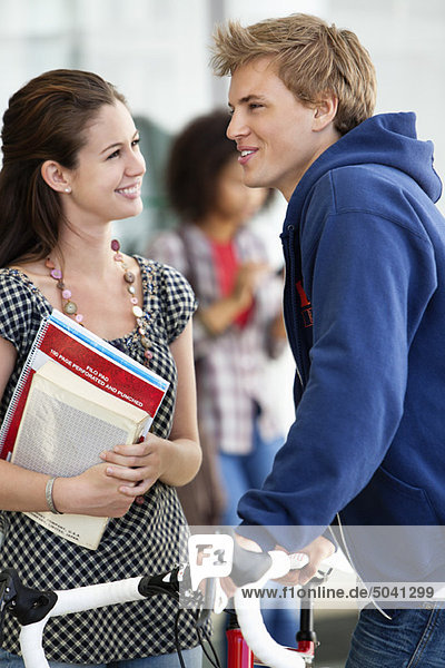 Mann und Frau diskutieren und lächeln