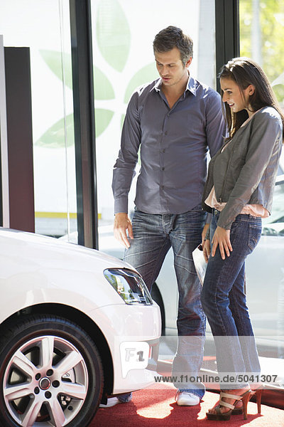 Paar beim Autokauf im Showroom