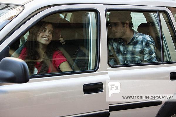 Freunde im Auto sitzend