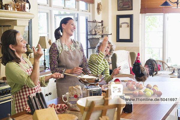 Mehrgenerationen-Familienkost mit Hähnchen auf der Küchentheke