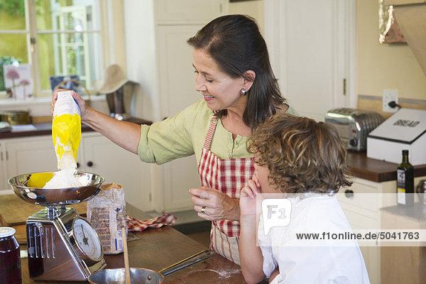 Großmutter und kleiner Junge beim Kochen in der Küche