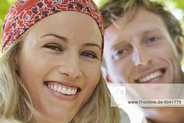 Nahaufnahme eines fröhlichen Mannes und einer fröhlichen Frau