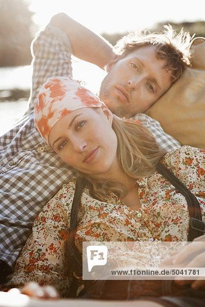 Junges Paar  das sich im Boot ausruht
