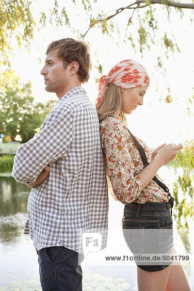 Seitenprofil eines Paares  das Rücken an Rücken steht