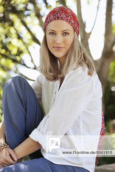 Lächelnde junge Frau mit Kopftuch
