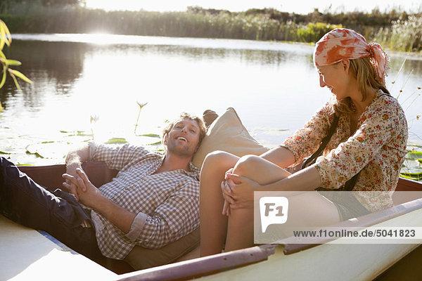 Junges Paar genießt im Boot
