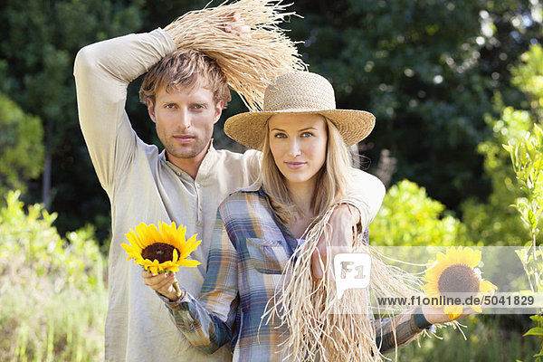 Porträt eines Paares in Vogelscheuchenpose im Feld