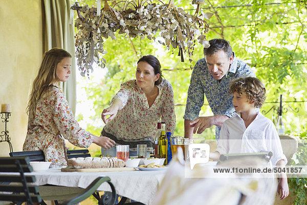 Familie bereitet sich auf das Essen im Haus vor