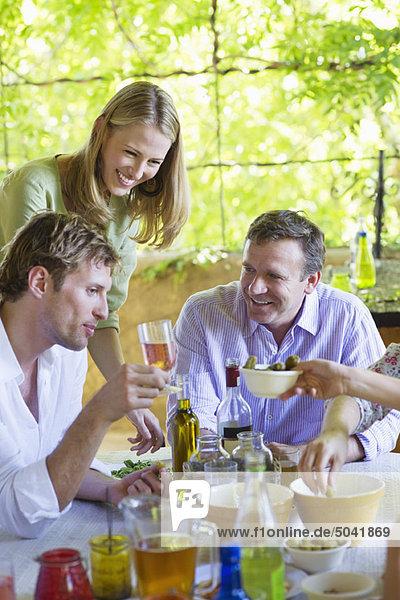 Glückliche Familie beim Trinken zu Hause