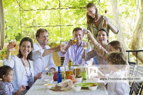 Mehrgenerationen-Familie beim Essen im Haus