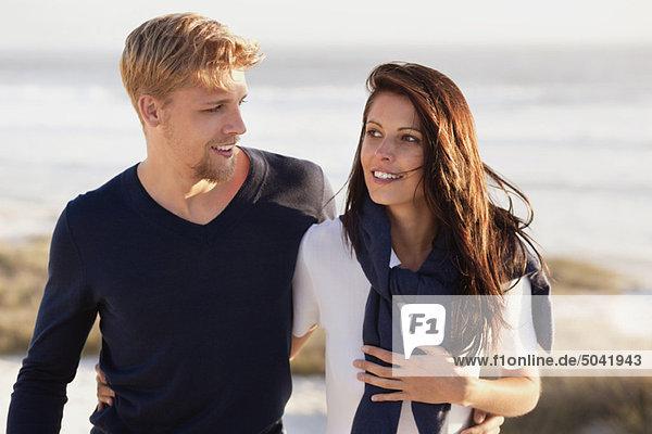 Ein Paar redet am Strand