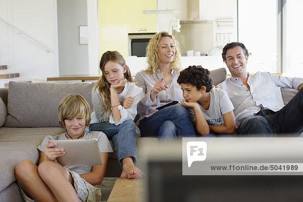 Familie beim gemeinsamen Fernsehen zu Hause