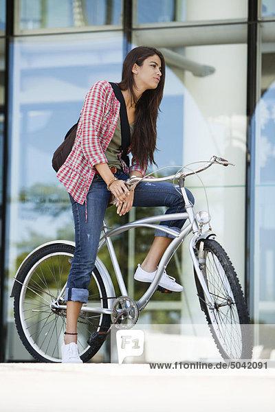Junge Frau auf dem Fahrrad sitzend