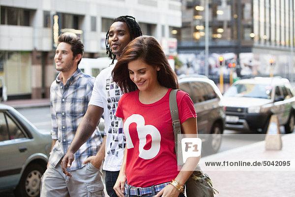 Lächelnde Freunde beim gemeinsamen Spaziergang