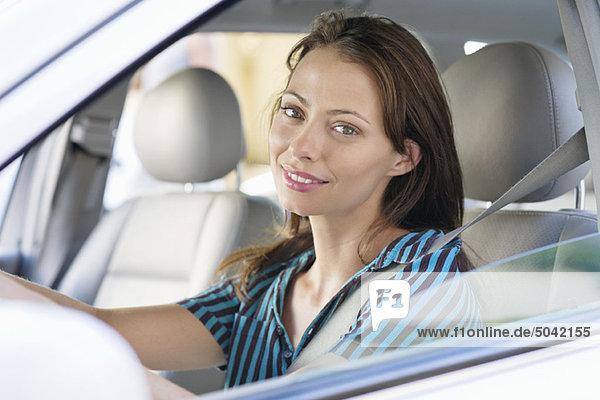 Bildnis einer schönen jungen Frau am Fahrersitz