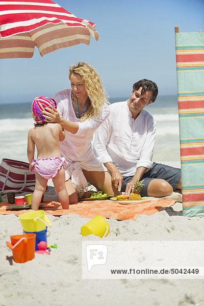 Familie mit viel Spaß am Strand