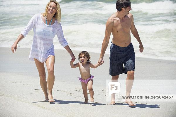 Familienwanderung am Strand