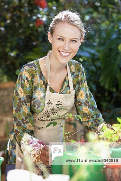 Porträt einer gärtnerischen und lächelnden Frau