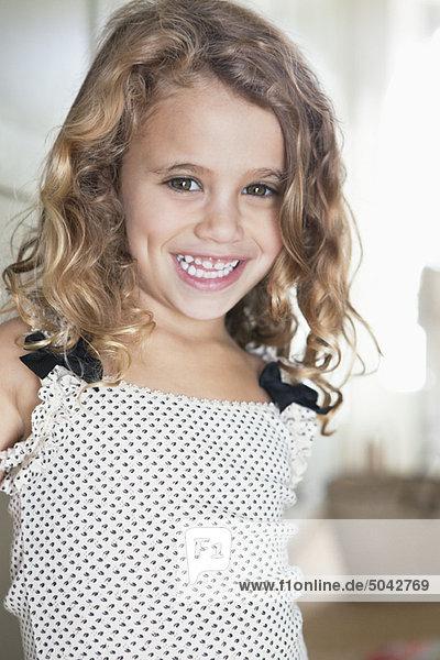 Porträt eines süßen kleinen Mädchens lächelnd