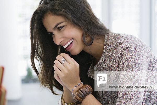 Seitenprofil einer schönen Frau lächelnd