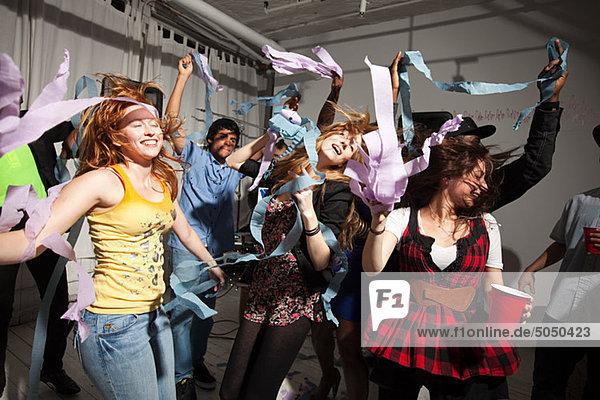 Menschen tanzen auf Party mit Streamer