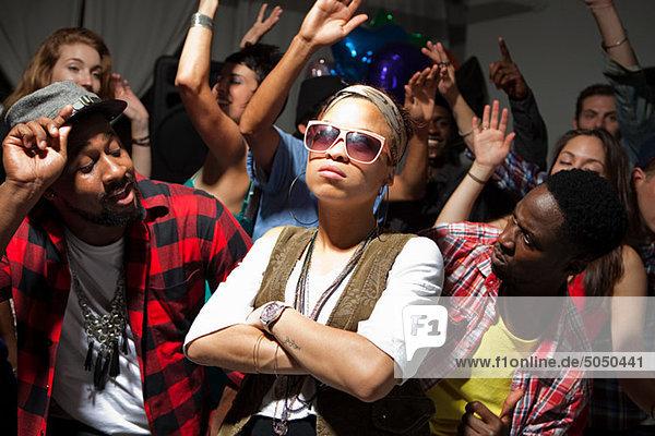 Frau mit Sonnenbrille auf party