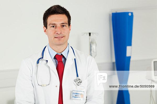 Porträt des mittleren erwachsenen männlichen Arzt