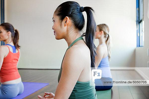 Drei Frauen tun Yoga-Klasse