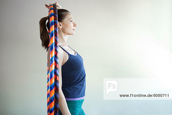 Frau mit Kunststoffreifen für Pilates