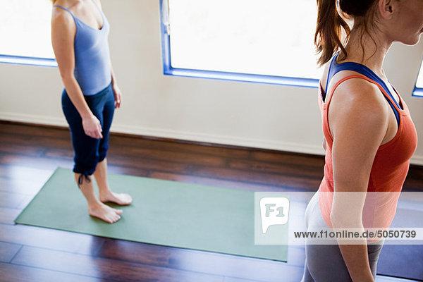 Zwei Frauen beim Yogakurs