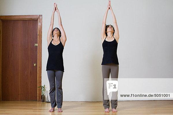 Frauen während Yoga stretching