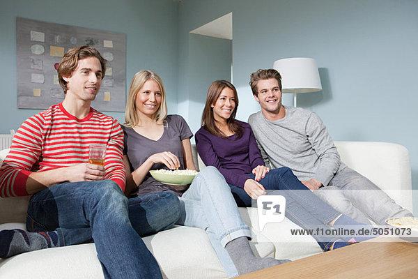 Zwei junge Paare beim Fernsehen