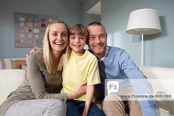 Familienportrait im Wohnzimmer