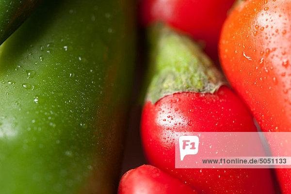 Grüne und rote Chilischoten  Vollrahmen