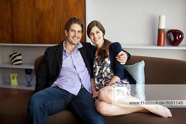 Paar auf Sofa sitzend  Portrait